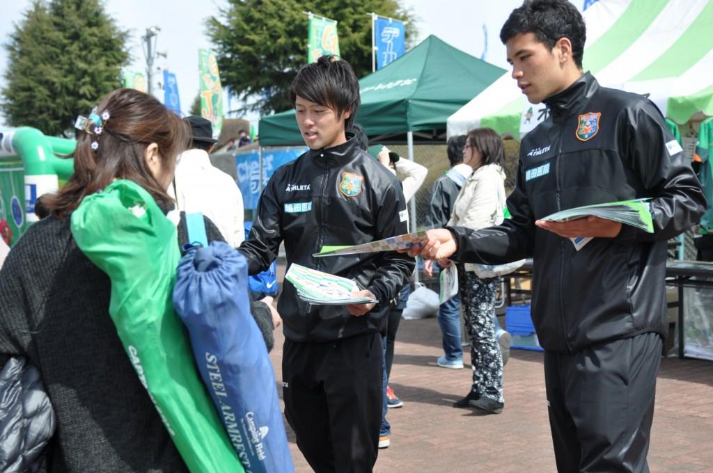 2015ヴァンラーレガイドブックの配布 (左)MF15福永貴弘選手、(右)FW30阿部稜選手